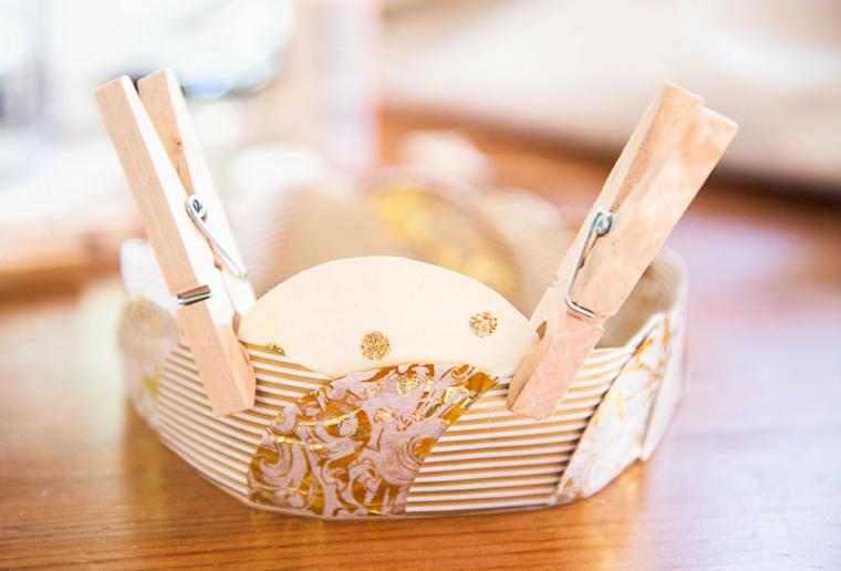 Origami facili per bambini, corona con dischetti di carta, corona fissata con mollette di legno