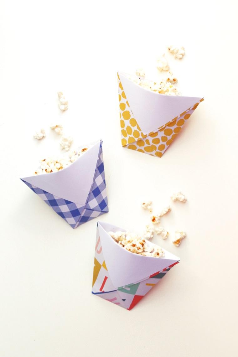 Origami istruzioni, sacchettini per popcorn con carta colorato piegata