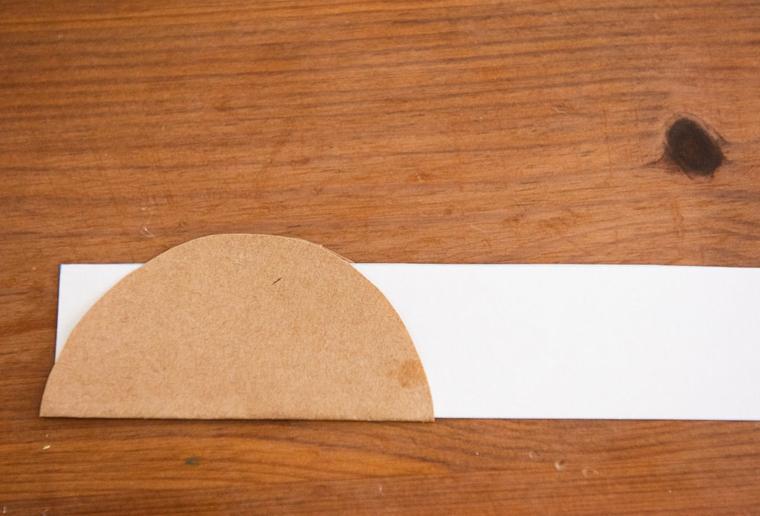Origami istruzioni, dischetto di carta incollato su una striscia bianca