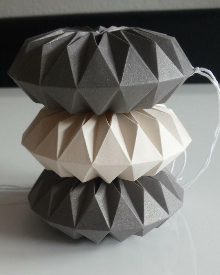 Ornamenti natalizi con fili di carta per origami, palline piegate con carta per origami