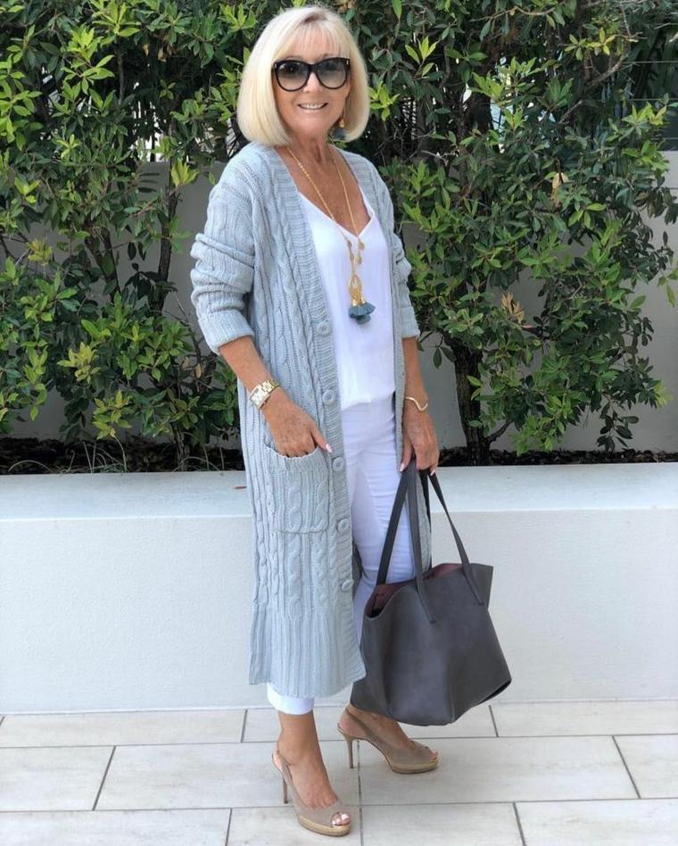 Donna che indossa un cardigan lungo di lana, capelli corti donna 2020 con frangia
