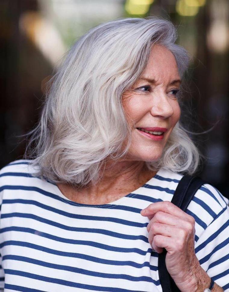 Donna over 50 con capelli tinti di biondo, capelli corti donna 2020