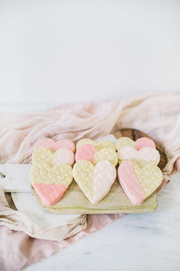 Biscotti a forma di cuore con cioccolato rosa, sorprese san valentino
