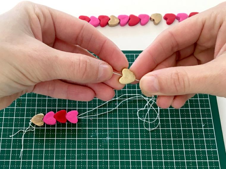 Cosa regalare a san valentino a lei, filo elastico per braccialetto, cuori di argilla polimerica colorata