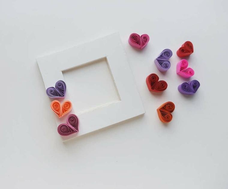 Idee regalo per San Valentino, portafoto decorato con cuori di paper quilling