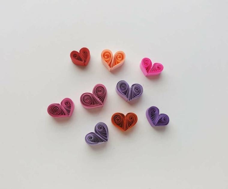 Cuori di strisce di carta piegati con paper quilling, idee regalo per san valentino