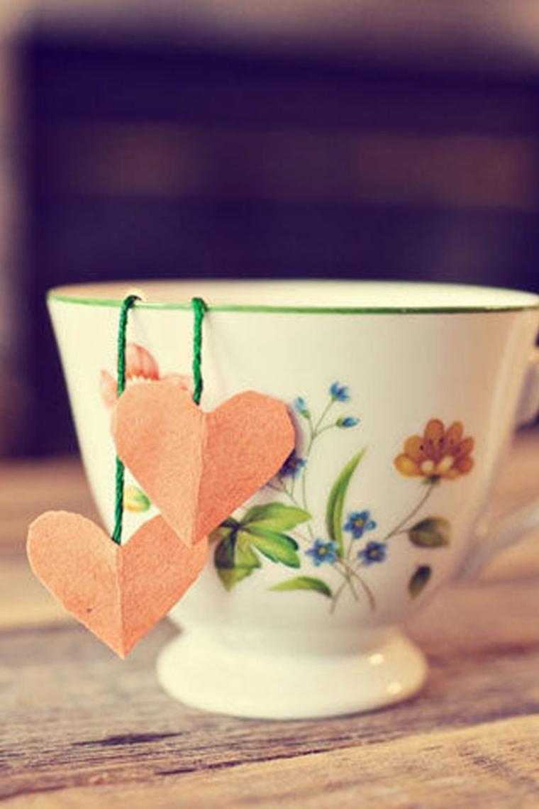 Tazza da tè con filtro a forma di cuore, spago verde e due cuori di carta