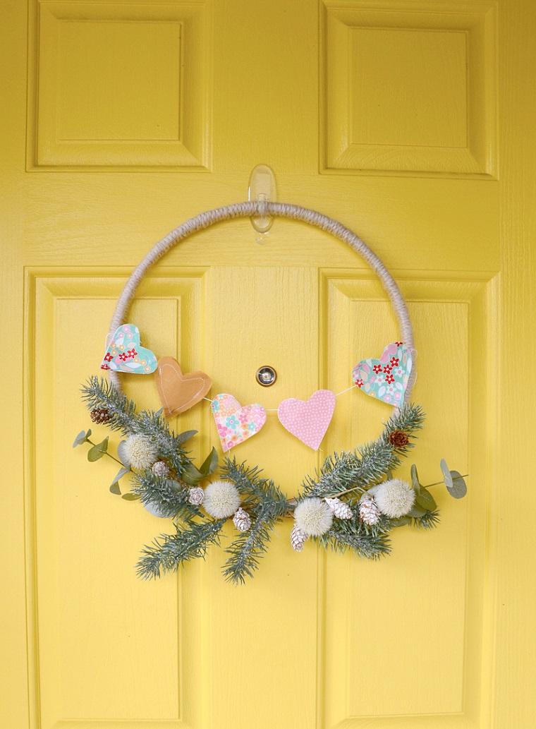 Corona appesa alla porta, idee regalo per San Valentino, ghirlanda con cuori di stoffa cuciti