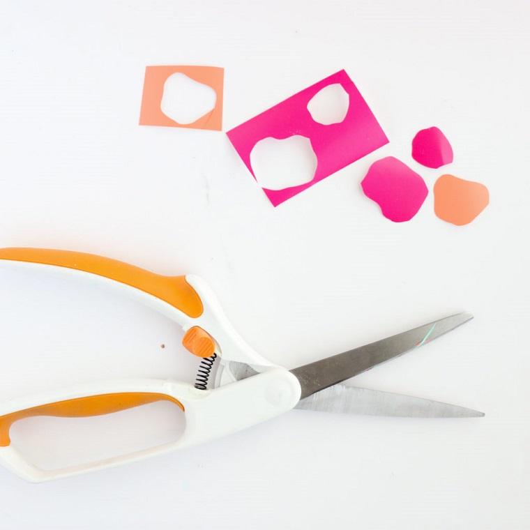 Figurine di carta adesiva ritagliate con forbici, idee regalo per san valentino