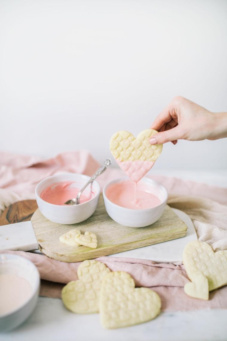 Cosa regalare a san valentino, tre ciotole con cioccolato fuso e biscotti a forma di cuore