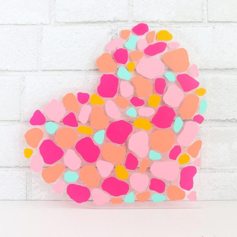 Cosa regalare a San Valentino, cuore di foglio trasparente con macchie di carta colorata