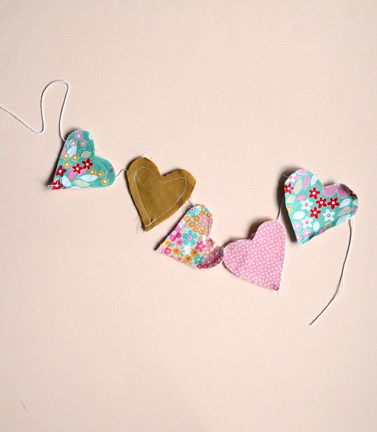 Ghirlanda di cuori di stoffa cuciti su un filo, cosa regalare a San Valentino