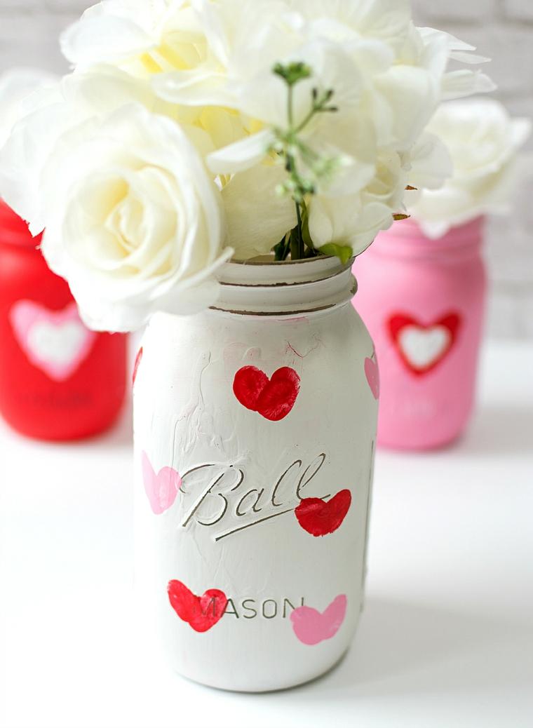 Idee regalo per san valentino, barattolo di vetro dipinto, vaso con rose bianche