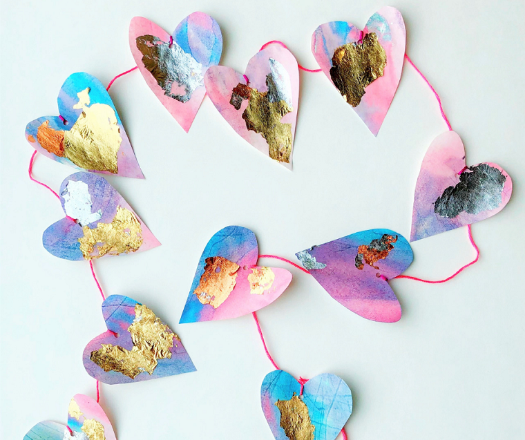 Regali per lui san valentino fai da te, ghirlanda con cuori di carta colorati