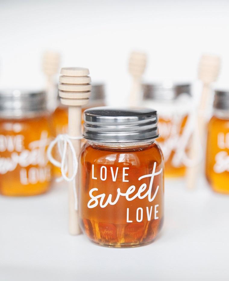 Cosa regalare a San Valentino, barattolo di vetro con del miele e scritta in inglese