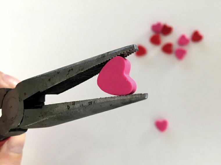 Sorprese san valentino, cuore di colore rosa di argilla polimerica, pinza di metallo