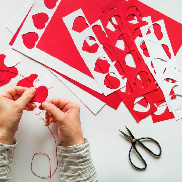 Regali romantici per lei, ghirlanda con cuori di carta, fogli ritagliati colorati