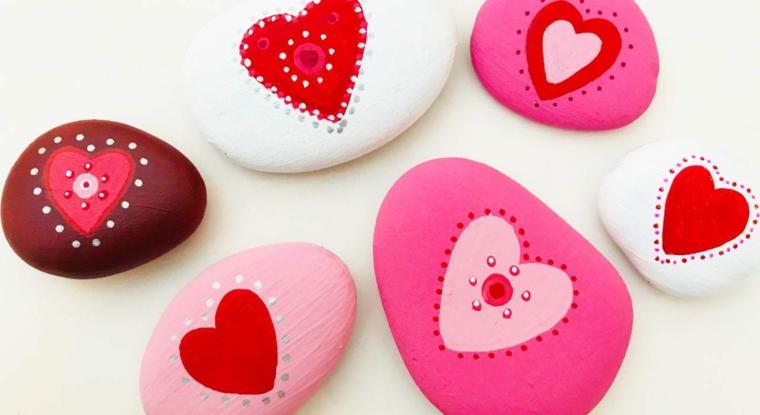 Pietre dipinte con colori e puntini, idee regalo per san valentino