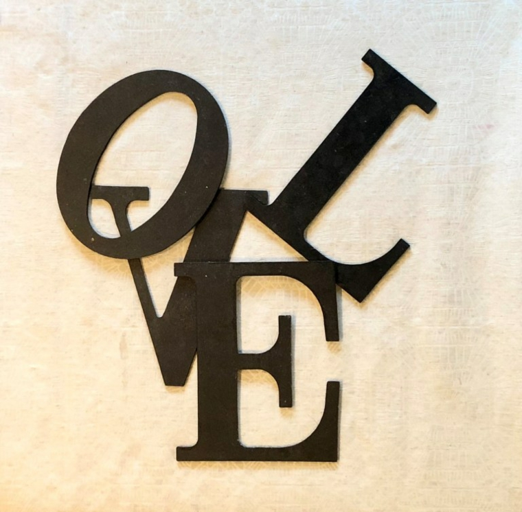 Cosa regalare a san valentino a lei, lettere in legno di colore nero scritta Love