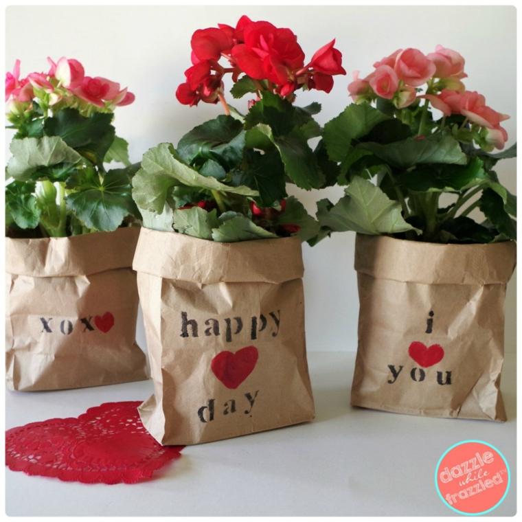 Regali da fare a san valentino, sacchettini di carta con fiori dai petali rossi