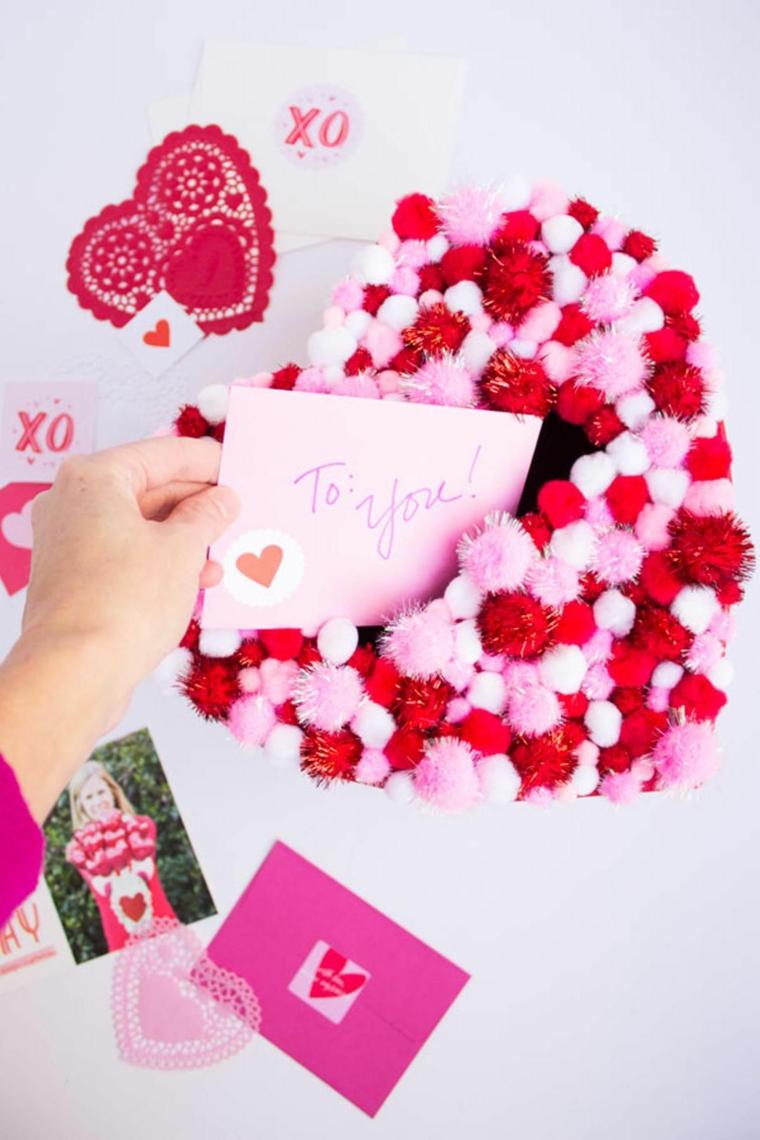 Regali da fare a san valentino, cartolina in un cuore di pompon colorati