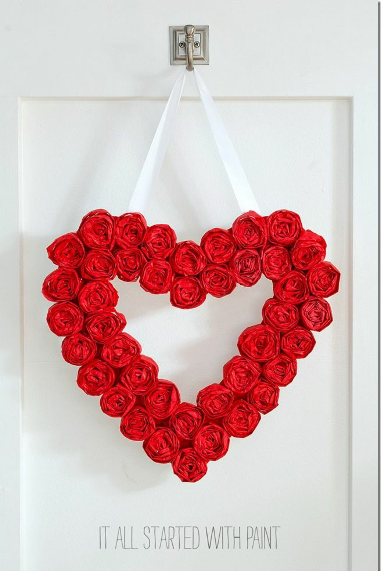 Regali san valentino fai da te, ghirlanda di cuori di carta appesi alla porta