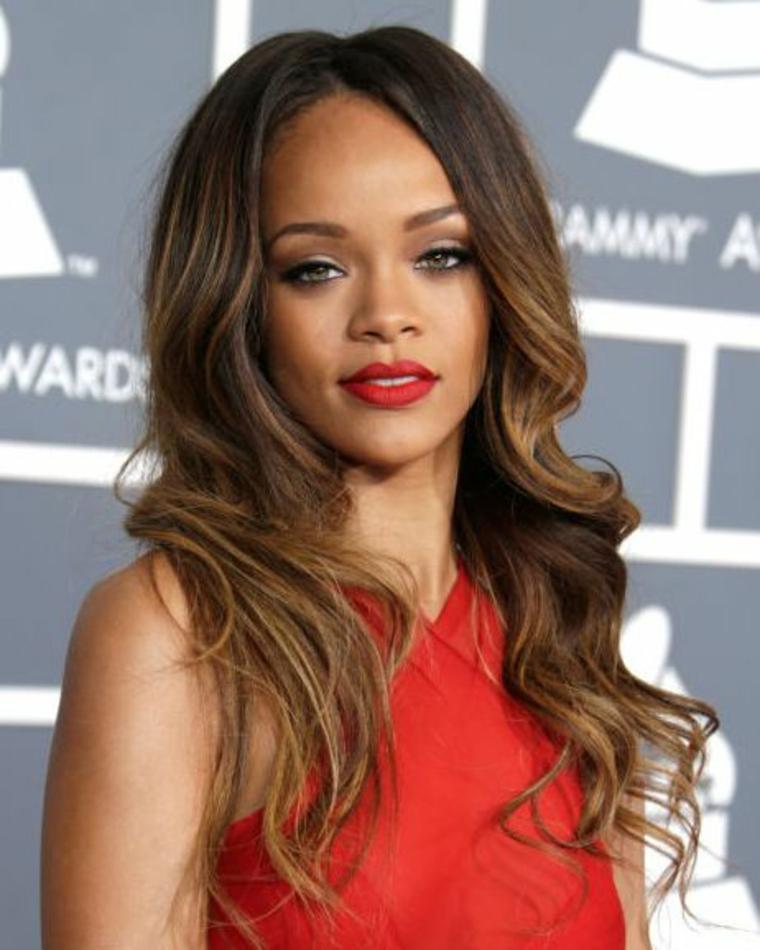 Balayage caramello, la cantante Rihanna con acconciatura capelli ricci