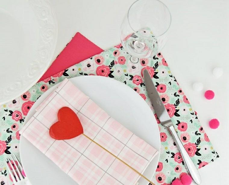 Regali San Valentino fai da te, segnaposto con cuore di colore rosa, tovagliette colorate