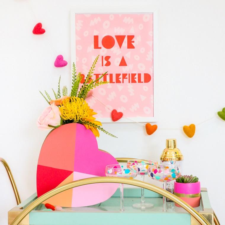 Scatola a forma di cuore dipinte, idee regalo per san valentino, carrello con bicchieri di vetro