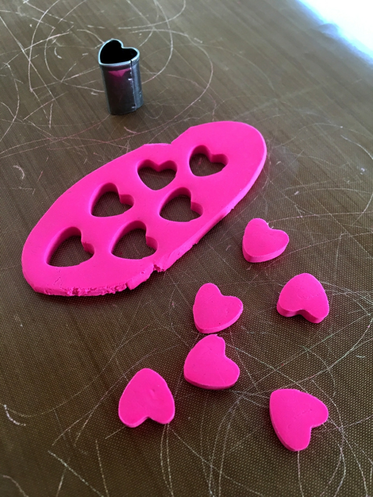 Stampo a forma di cuore, cosa regalare a san valentino, cuori rosa si argilla polimerica