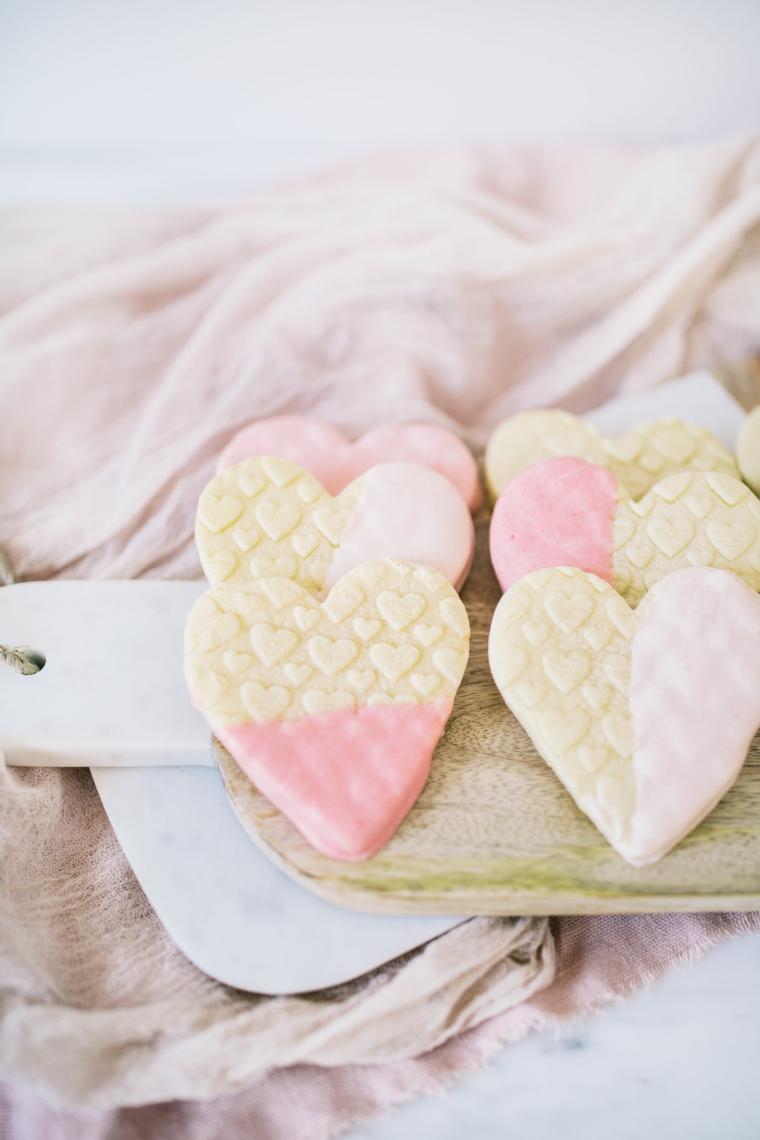 Biscotti a forma di cuore con cioccolato rosa, regali san valentino fai da te
