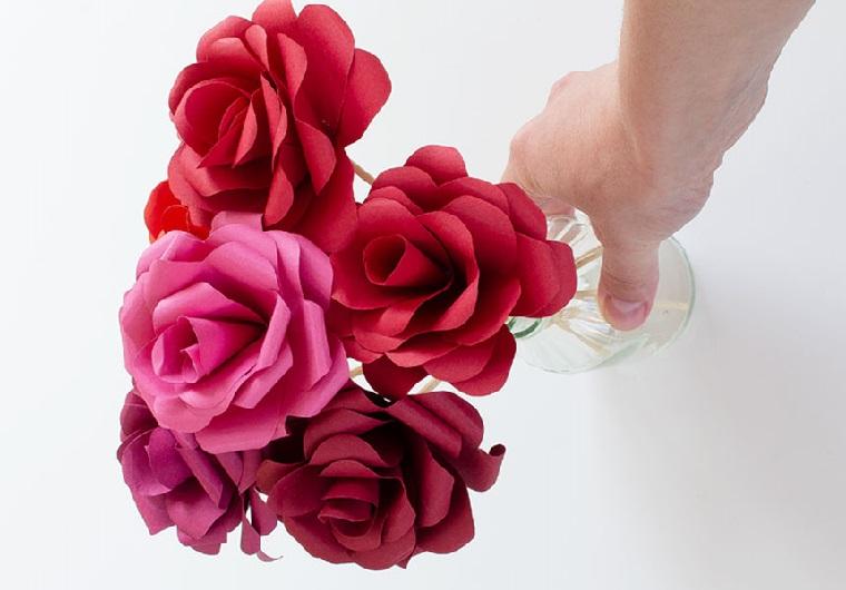 Regali romantici per lei, vaso con dei fiori di carta colorata finti