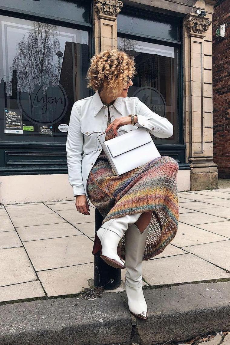 Tagli capelli autunno 2020 donne, donna con capelli biondi e ricci seduta