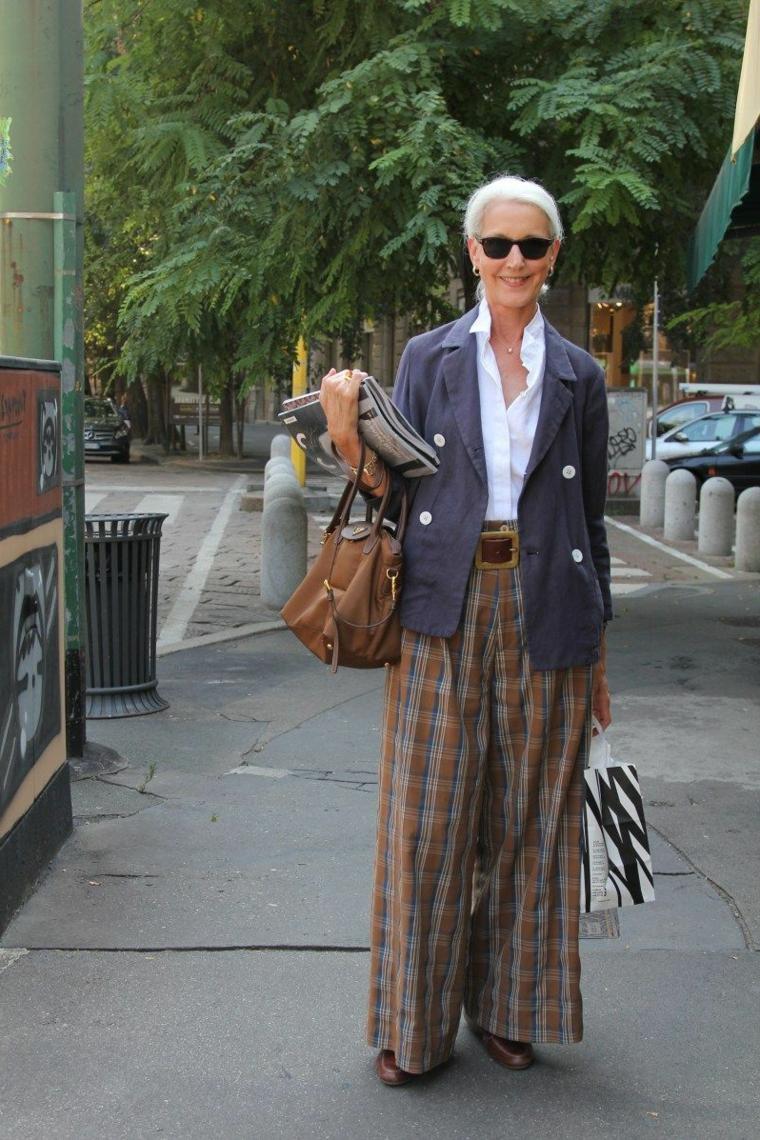 Donna che indossa un pantalone largo palazzo, tagli capelli autunno 2020 donne
