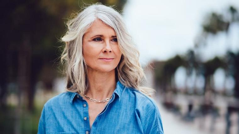 Donna con piega mossa, taglio capelli corti 2020 donne 50 anni, donna con giacca in jeans