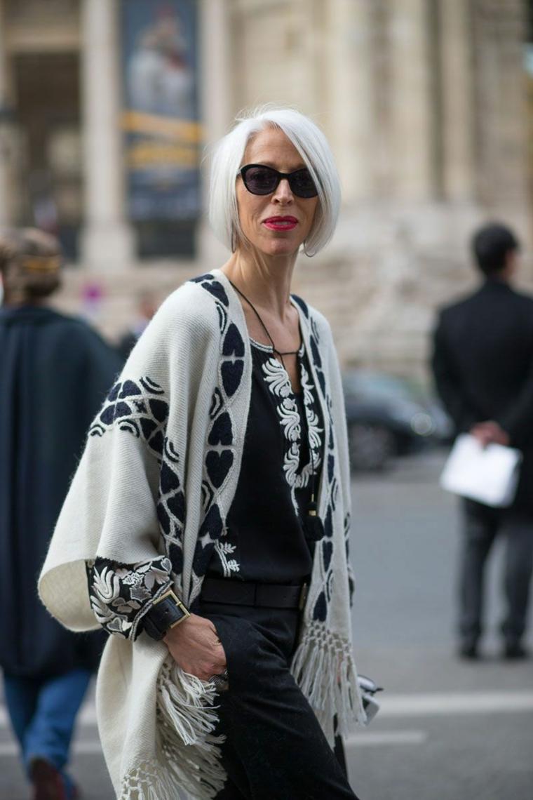 Taglio medio scalato, donna con capelli biondo, ponchio di lana con motivi