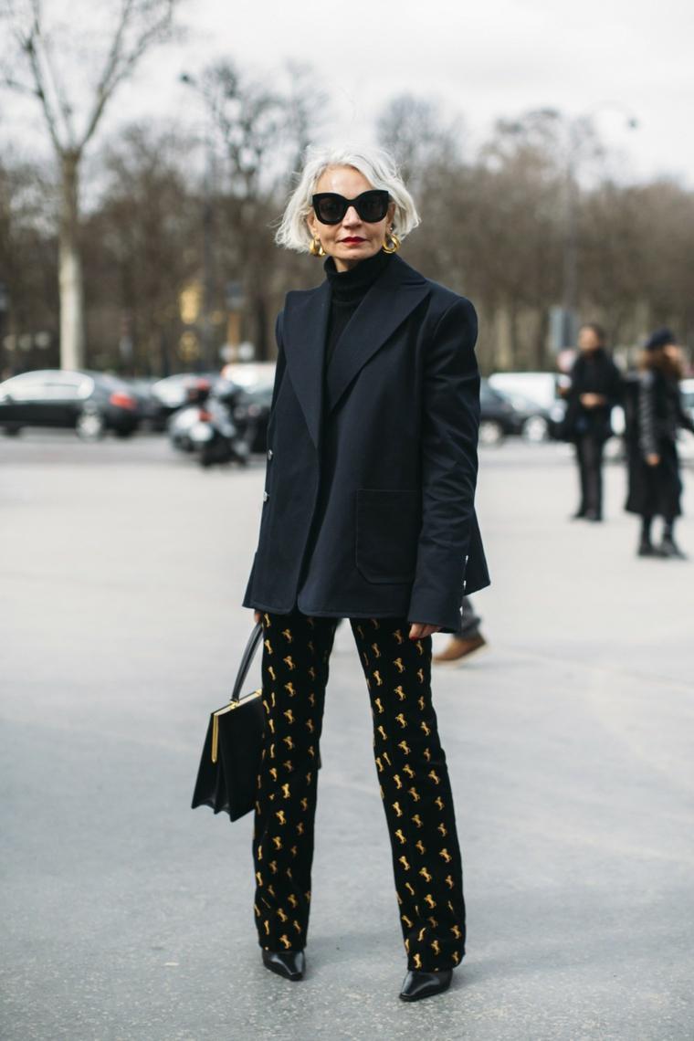 Donna con occhiali da sole, tagli capelli corti 2020 immagini, donna con cappotto corto nero