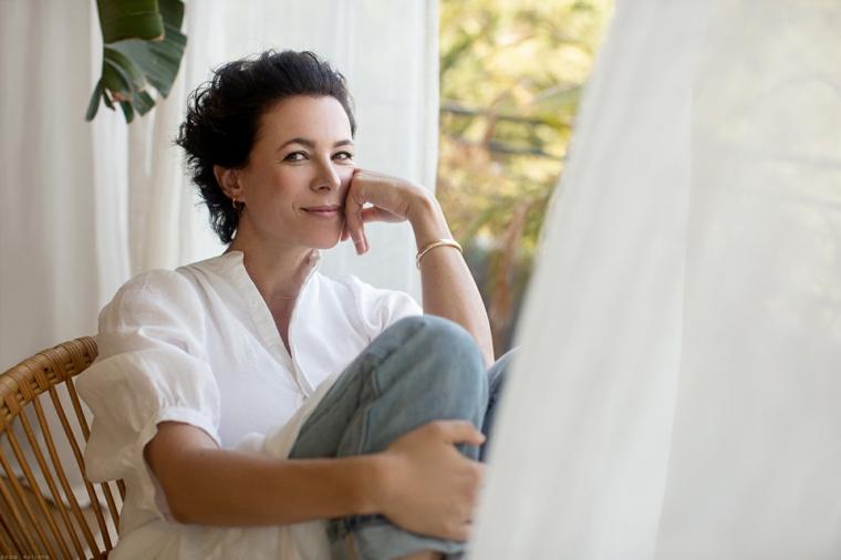 Tagli capelli corti 2020 immagini, donna con capelli ricci corti di colore nero