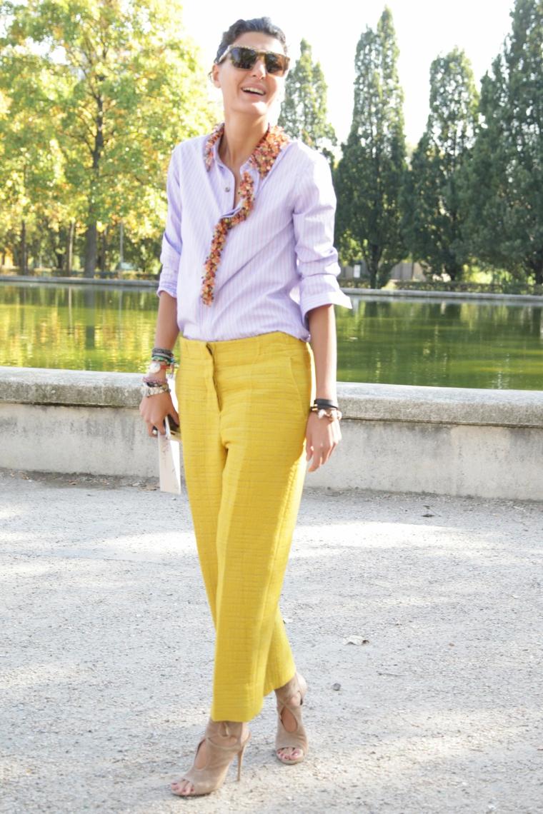 Donna con un pantalone dritto di colore giallo, tagli capelli corti 2020 immagini
