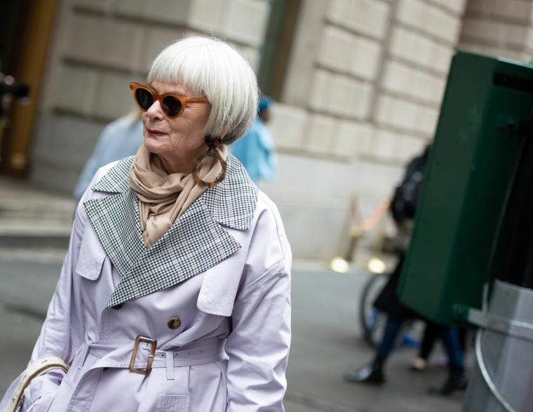 Tagli di capelli corti per donne cinquantenni, capelli biondi con pettinatura frangia corta