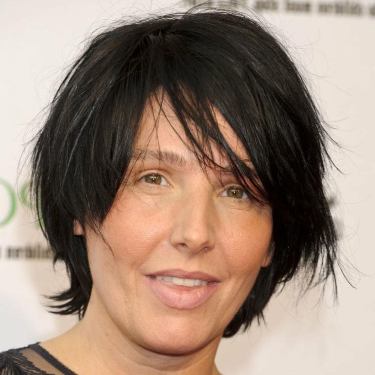 Donna con capelli di colore nero, acconciatura con capelli taglio asimmetrico corto
