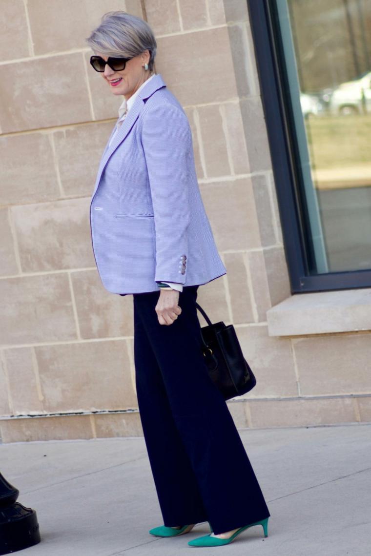 Donna che indossa un pantalone blu dritto, tagli capelli corti 2020 immagini