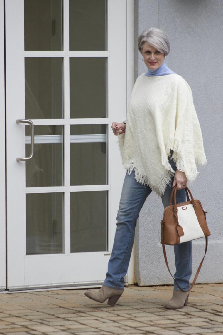 Donna che indossa jeans chiari regular, taglio capelli corti 2020 donne 50 anni