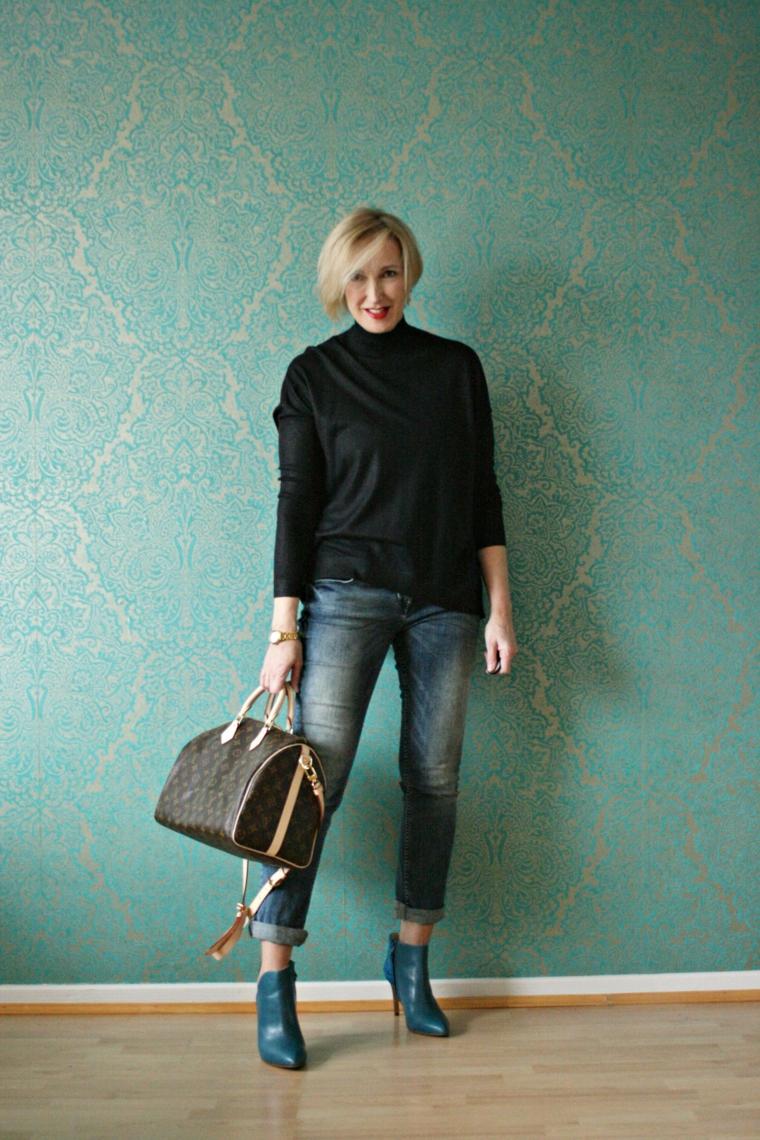 Donna che indossa jeans chiari ripiegati, taglio capelli corti 2020 donne 50 anni