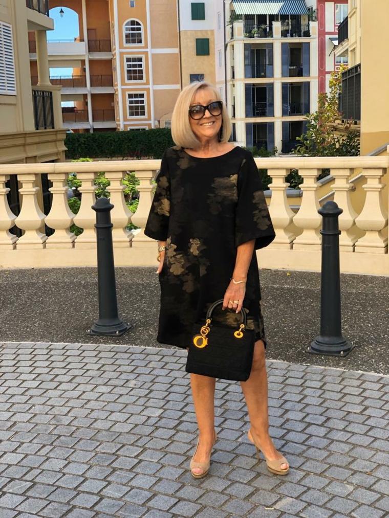 Donna che indossa tacchi alti over 50, tagli capelli corti donna di colore biondo