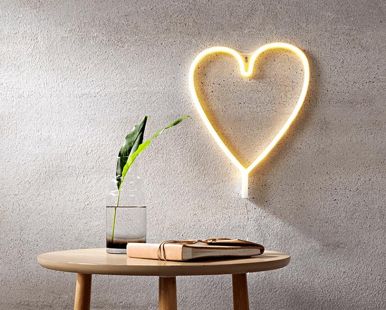 Applique limoso a forma di cuore, lampada da parate, tavolino rotondo con vaso