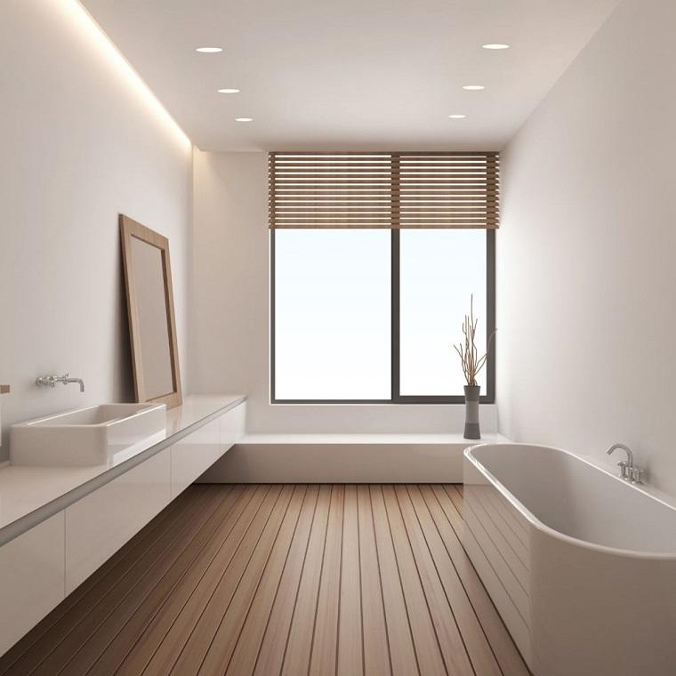 Bagno con pavimento in legno, bagno con vasca, illuminazione con faretti led