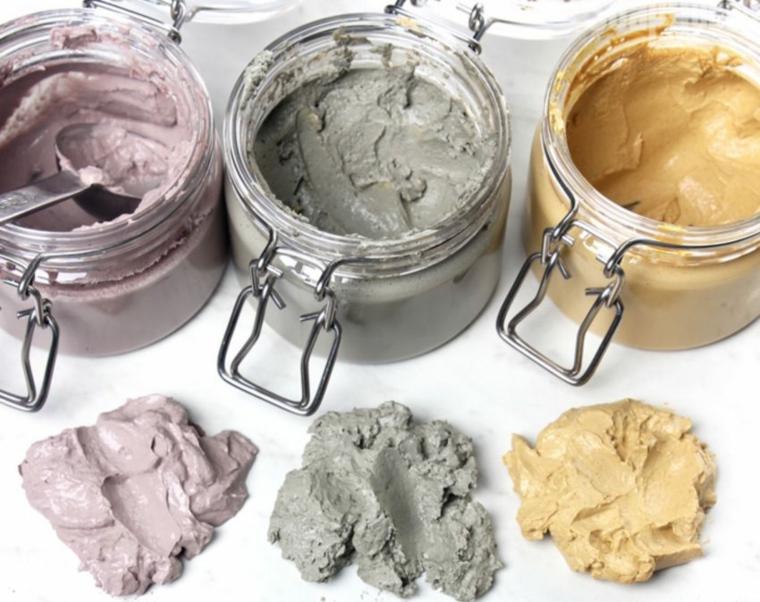 Maschera idratante viso fai da te, tre barattoli con argilla colorata all'interno