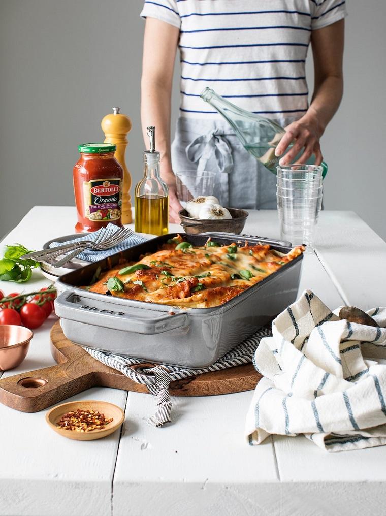 Tagliere di legno con teglia di lasagne vegetariane, ricette estive primi piatti