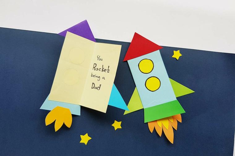Lavoretti festa del papà 2020, cartolina disegno razzo e scritta all'interno